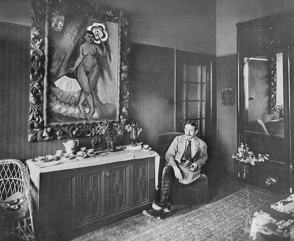 Max Pechstein im Speisezimmer seiner Wohnung in Berlin Zehlendorf -Waldemar Franz Hermann Titzenthaler [Public domain], via Wikimedia Commons
